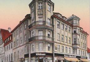 """Hotel """"Zum Weissen Schwan"""" i sklep Wilhelma Feldmanna (róg ul. Piastowskiej i Bankowej)"""