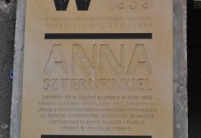 Tablica na murze domu Anny Langfus (Anny Reginy Szternfinkiel; ul. Lubartowska 24c)