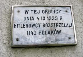 """Tablica przy ul. Olsztyńskiej upamiętniająca ofiary """"krwawego poniedziałku"""""""