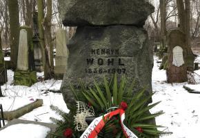Warszawa. Złożenie kwiatów na grobie Henryka Wohla